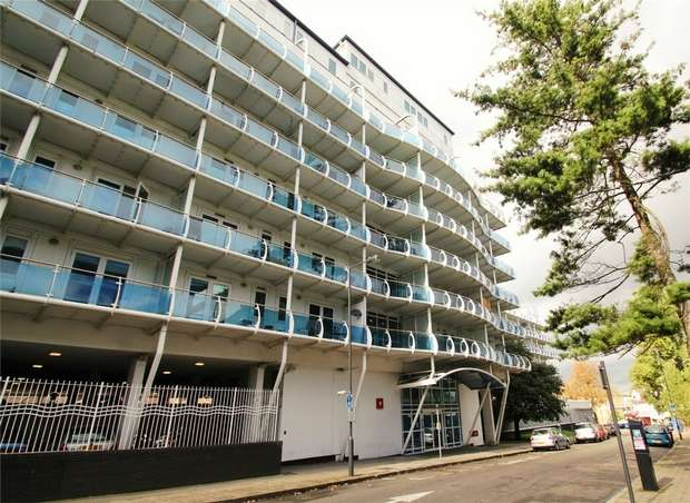 2 Bedrooms Flat for sale in Lyon Road, Harrow, Middlesex