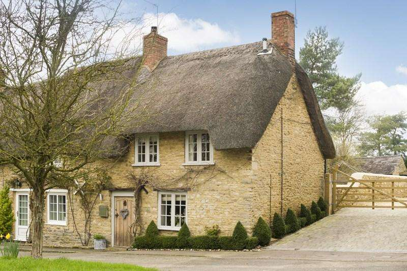 2 Bedrooms Cottage House for sale in High Street, Upper Heyford, Bicester