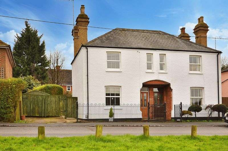 3 Bedrooms Semi Detached House for sale in Downley Common