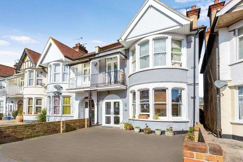 4 Bedrooms Terraced House for sale in Shaftesbury Avenue, Thorpe Bay