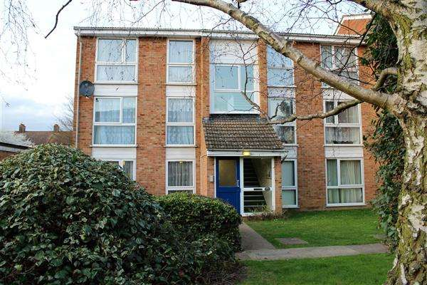 2 Bedrooms Apartment Flat for sale in Dellow Close, ilford
