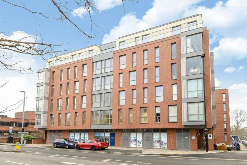 2 Bedrooms Flat for sale in Lighterage Court, High Street, Brentford, TW8