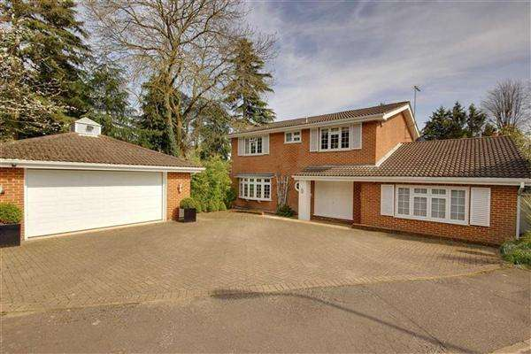4 Bedrooms Detached House for sale in Hazel Mead, Hertfordshire