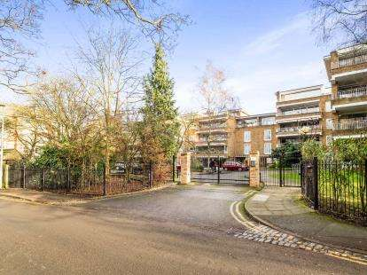 3 Bedrooms Flat for sale in Woodford Green, Essex