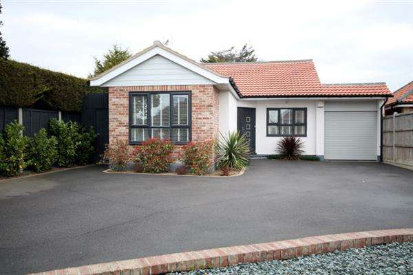 3 Bedrooms Bungalow for sale in Marine Parade East, East Clacton