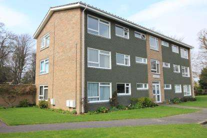 3 Bedrooms Flat for sale in 17 Oakleigh Way, Christchurch, Dorset