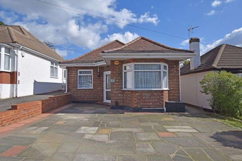 2 Bedrooms Detached Bungalow for sale in Avelon Road, Romford