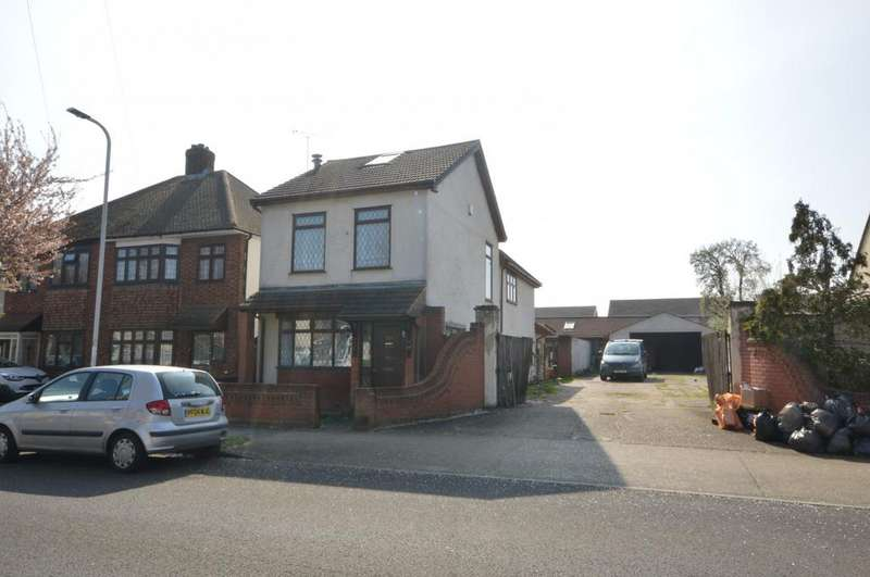3 Bedrooms Detached House for sale in Forest Road, Romford, RM7