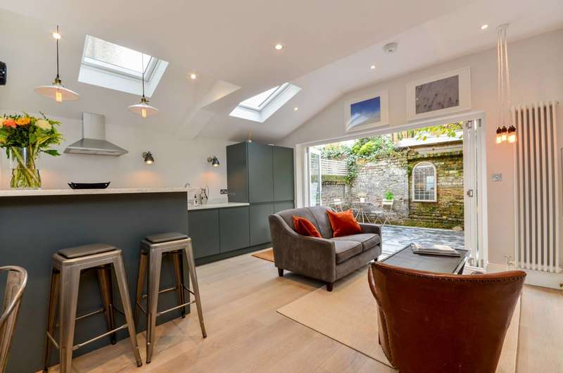 2 Bedrooms Flat for sale in Halford Road, Fulham Broadway, SW6