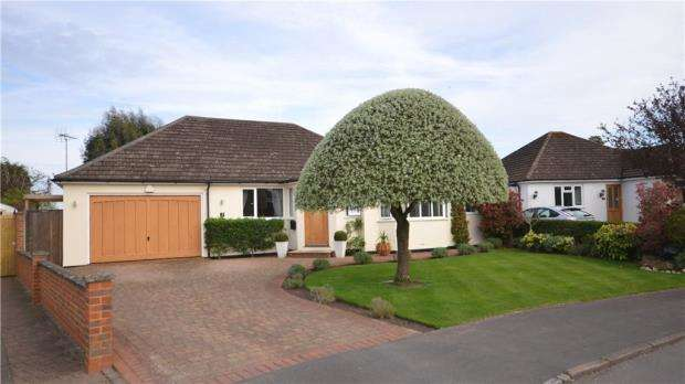 3 Bedrooms Detached Bungalow for sale in Manor Grove, Fifield, Maidenhead