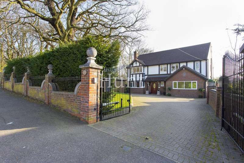 4 Bedrooms Detached House for sale in The Charter Road, Woodford Green, Essex IG8