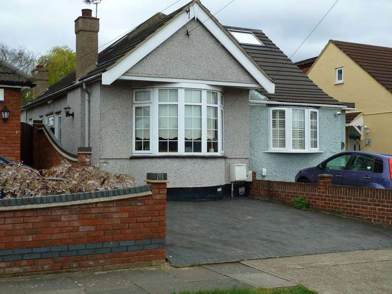 2 Bedrooms Semi Detached Bungalow for sale in Clyde Way, Rise Park, ROMFORD RM1