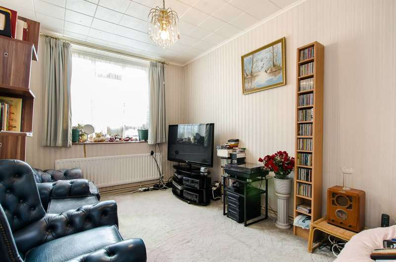 2 Bedrooms Flat for sale in Whiston Road, Bethnal Green, E2