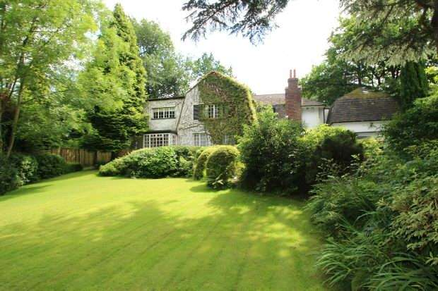 5 Bedrooms Detached House for sale in Carrwood, Hale Barns