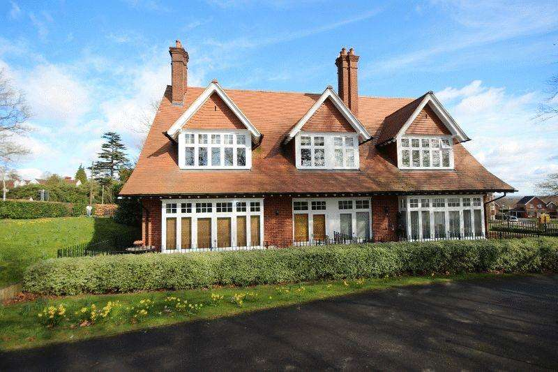 2 Bedrooms Apartment Flat for sale in St Pauls On The Green, Haywards Heath