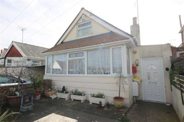 2 Bedrooms Bungalow for sale in St Christophers Way, Jaywick