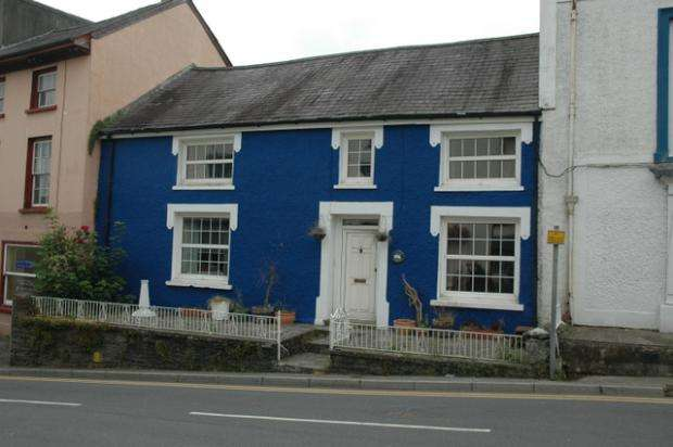 3 Bedrooms Town House for sale in Bridge Street, Newcastle Emlyn, Carmarthenshire