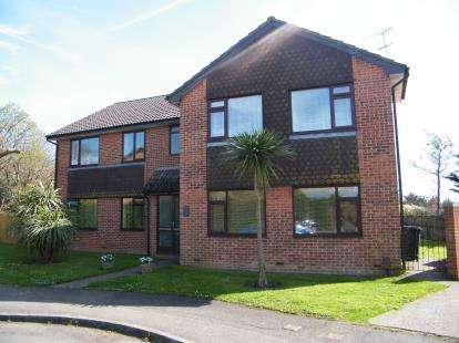 2 Bedrooms Flat for sale in Upton, Poole, Dorset