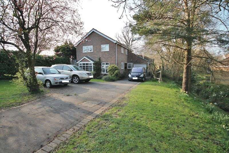 4 Bedrooms Detached House for sale in Brook Close, Storrington