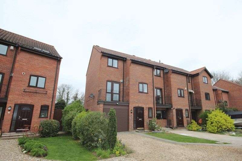 3 Bedrooms Terraced House for sale in Thorpe Hall Close, Norwich