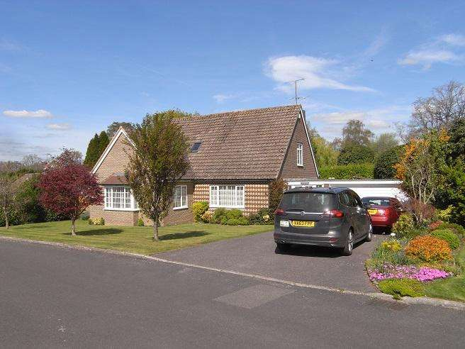 3 Bedrooms Detached Bungalow for sale in Heathfield Copse, West Chiltington RH20