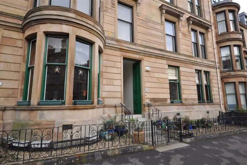 3 Bedrooms Flat for rent in Glencairn Drive, Pollokshields, Glasgow