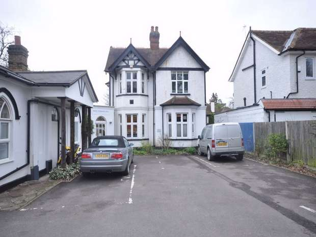 3 Bedrooms Ground Maisonette Flat for sale in Hersham Road, WALTON-ON-THAMES, Surrey