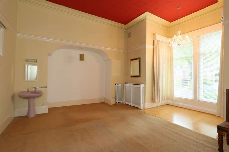 3 Bedrooms Flat for sale in Otley Road, Leeds, West Yorkshire, LS16