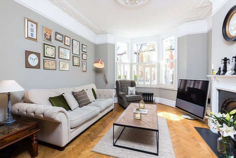 2 Bedrooms Apartment Flat for sale in Wroughton Road, London, SW11