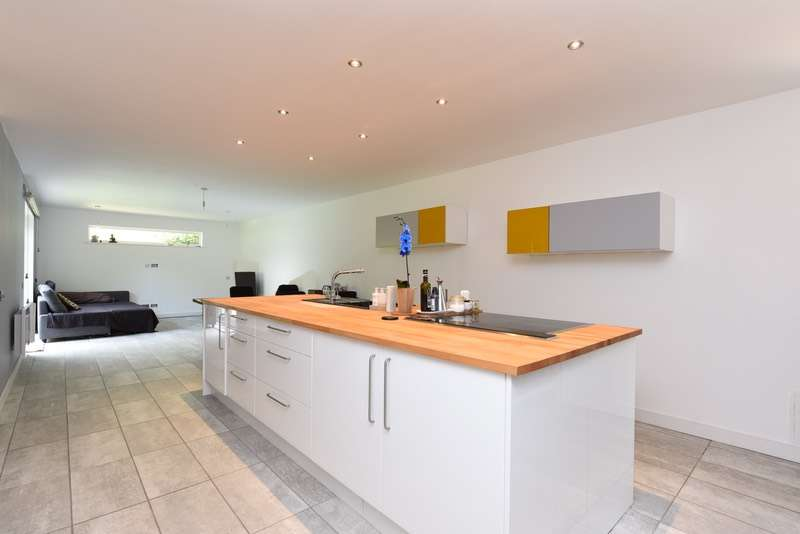 4 Bedrooms Bungalow for sale in Perrin Court, Woking, Surrey, GU21