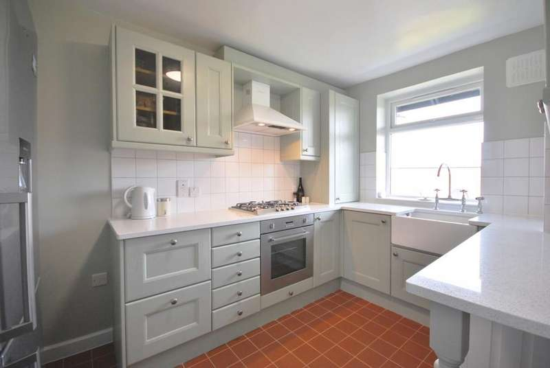 3 Bedrooms Flat for sale in Wydeville Manor Road London SE12