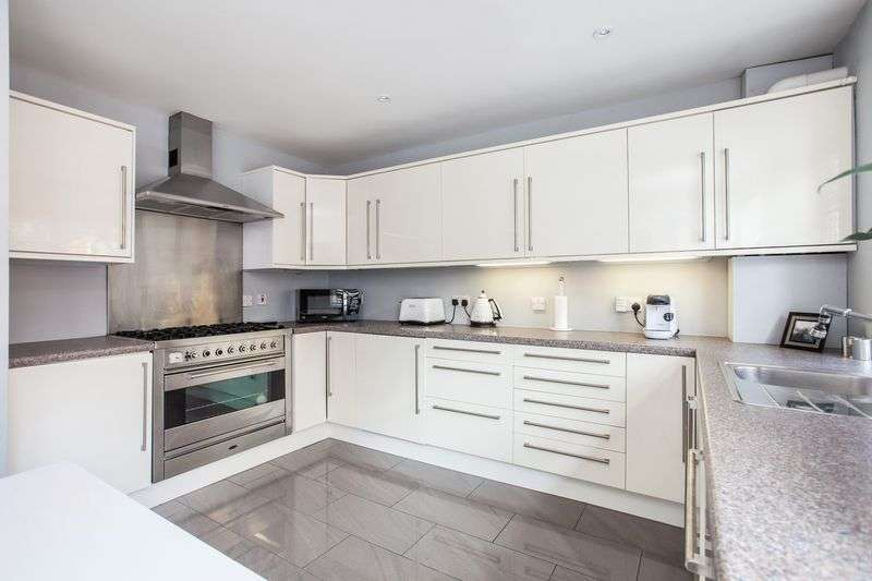 3 Bedrooms Terraced House for sale in Avondale Road, Bromley