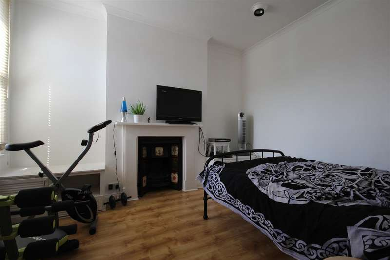 2 Bedrooms Flat for sale in Burns Road, London