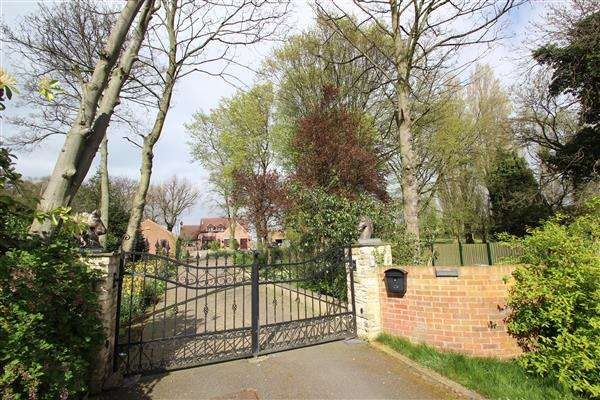 4 Bedrooms Detached House for sale in 'Ridgewood' Royd Moor Lane, Hemsworth