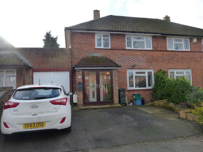 3 Bedrooms Semi Detached House for sale in Uvedale Crescent, New Addington,Croydon, CR0 0BP