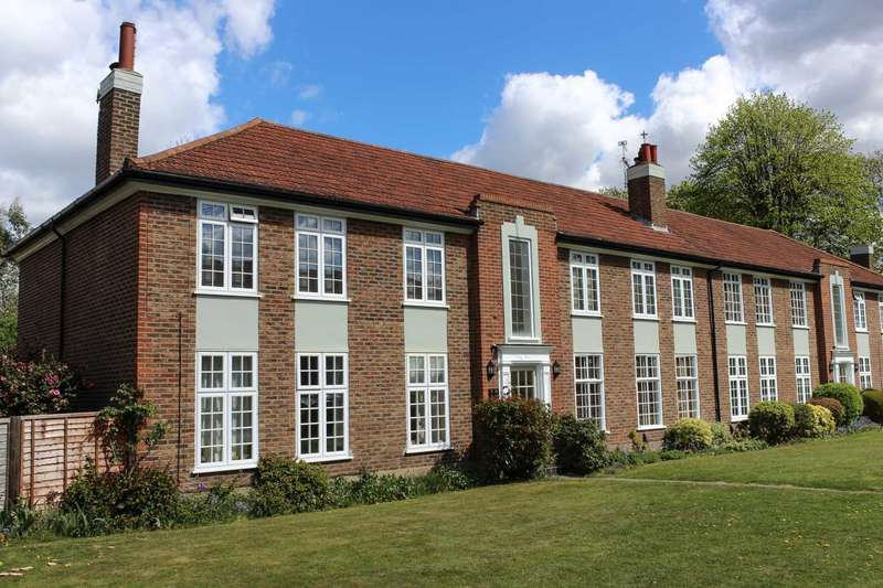 2 Bedrooms Flat for sale in Portsmouth Road, Thames Ditton
