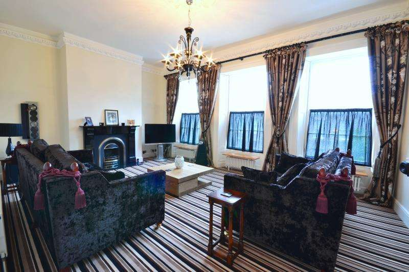 2 Bedrooms Flat for rent in St Thomas Crescent, City Centre, Newcastle Upon Tyne, NE1
