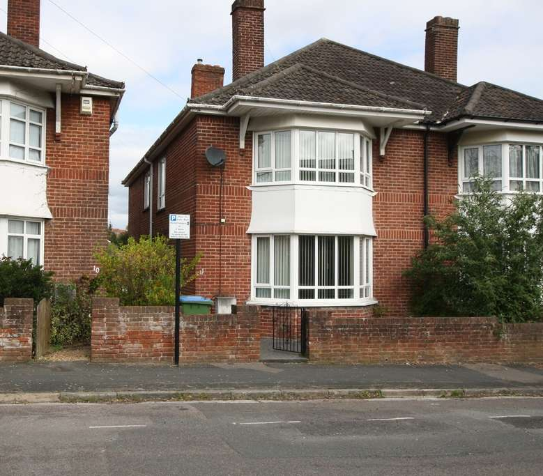 3 Bedrooms Semi Detached House for sale in Richmond Gardens, Southampton, SO17