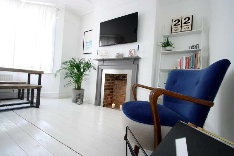 2 Bedrooms Flat for sale in Rockleigh Avenue, Leigh-On-Sea