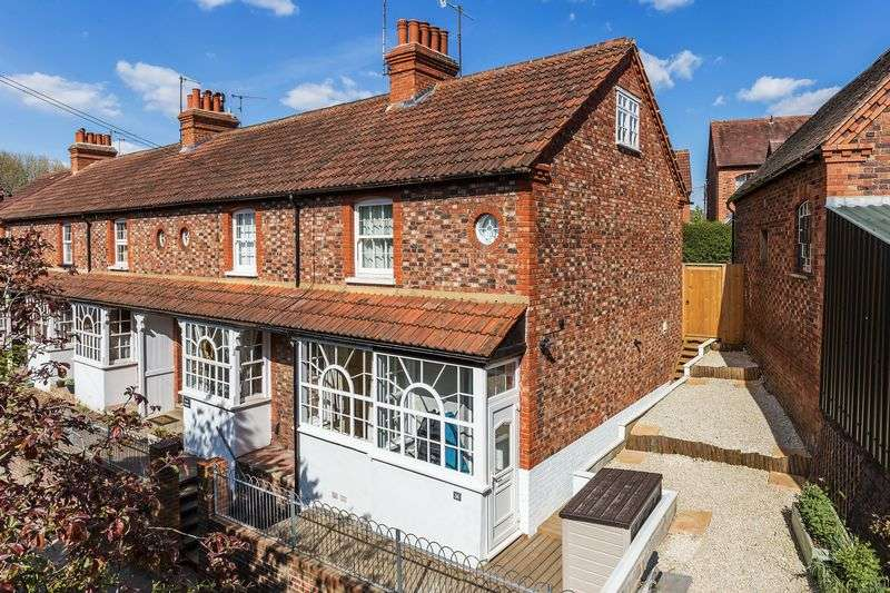 2 Bedrooms Semi Detached House for sale in Dorking town centre