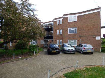 3 Bedrooms Flat for sale in Avon Road, Upminster, Essex
