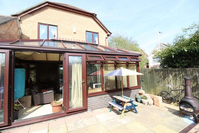 4 Bedrooms Detached House for sale in Large Four Bed Detached in Bushmead
