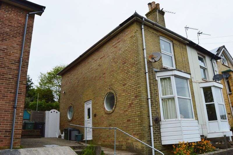 2 Bedrooms Semi Detached House for sale in Arctic Road, Cowes