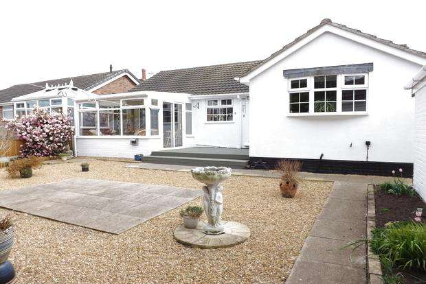 2 Bedrooms Bungalow for sale in Dunvegan Drive, Rise Park, Nottingham, NG5
