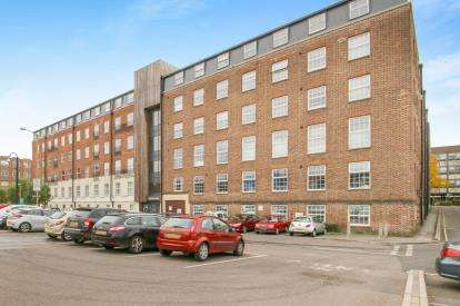 2 Bedrooms Flat for sale in Crescent Way, Taunton, Somerset
