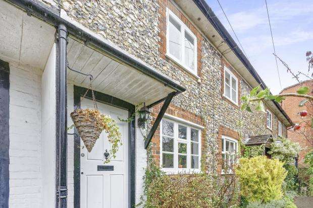 2 Bedrooms Terraced House for sale in Gravel Hill, Leatherhead, Surrey