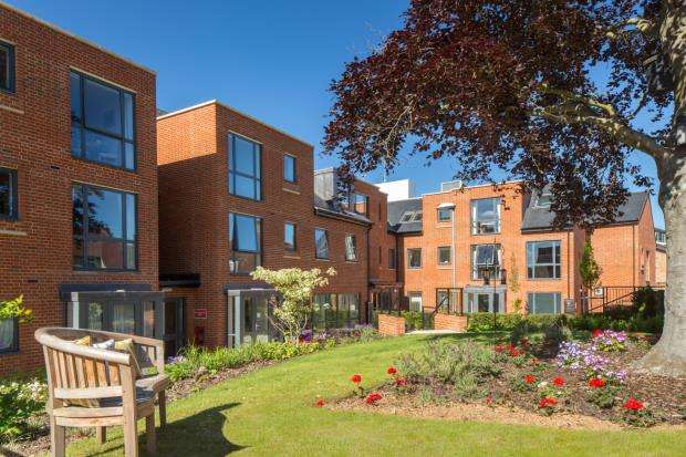 2 Bedrooms Flat for sale in St. Margarets Way, Midhurst, West Sussex