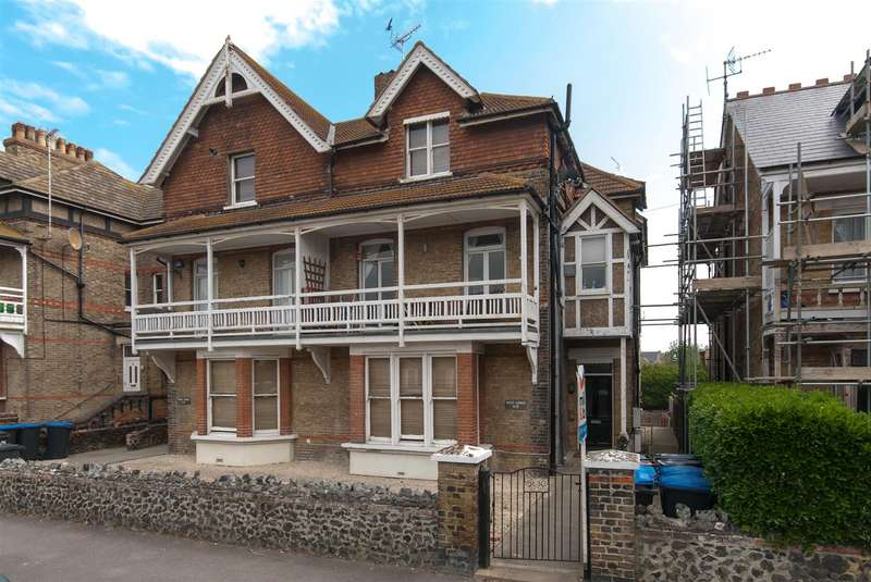 2 Bedrooms Flat for sale in Roxburgh Road, Westgate-On-Sea
