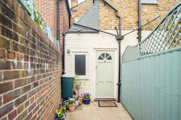 2 Bedrooms Maisonette Flat for sale in Thames Ditton, Surrey, .