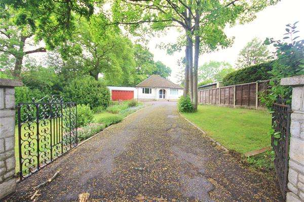 3 Bedrooms Bungalow for sale in Magna Road, Bournemouth